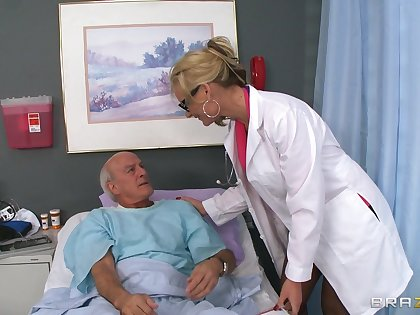 Blonde doctor Phoenix Marie drops her unvarying apropos allude a patient