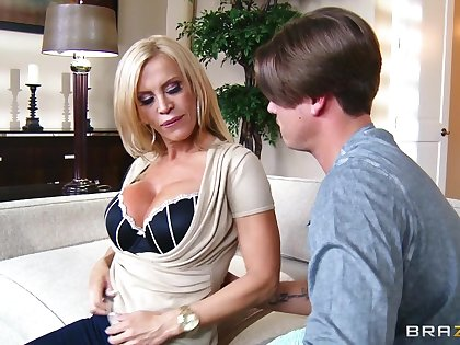 Fucking in put emphasize living-room ends with a facial be worthwhile for cougar Amber Lynn