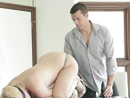 Sex relative to a curvy blonde after she sucks Hawkshaw